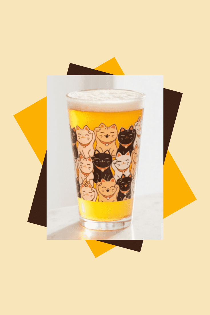 Beer mug with pictures of cats. This is a good gift for cat lovers, so that their pets are always there.